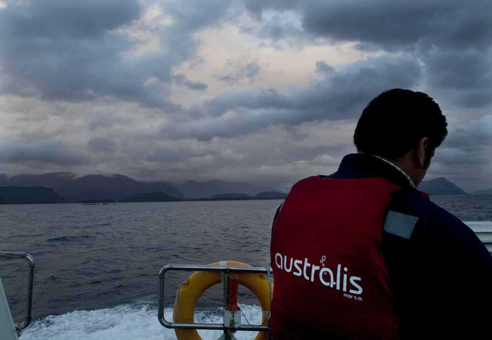Trabajador en centro de cultivo de Australis Seafoods (Foto de contexto)