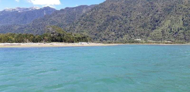 Salmonicultoras concluyen limpieza de playas en el fiordo Comau