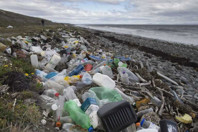 Alertan que el ciclo de vida del plástico es una amenaza para la salud humana (Foto: Greenpeace)