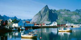 Lofoten, bahía y poblado de Nufsjord, en el archipiélago Lofoten, Noruega
