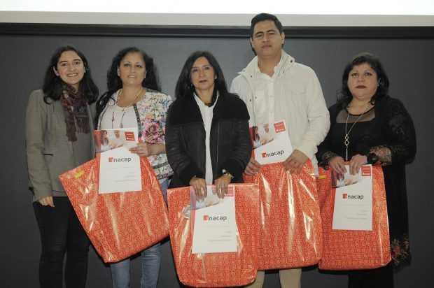 Jefa Sustentabilidad Asipes entrega diplomas