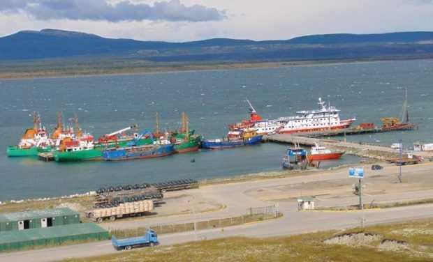 Embarcaciones en el muelle de Puerto Natales, en la región de Magallanes (foto: Transmarko)