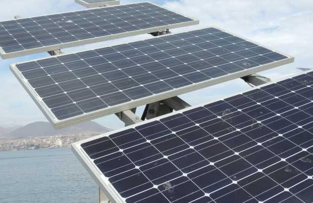 Paneles fotovoltaicos de energía solar (foto de contexto)