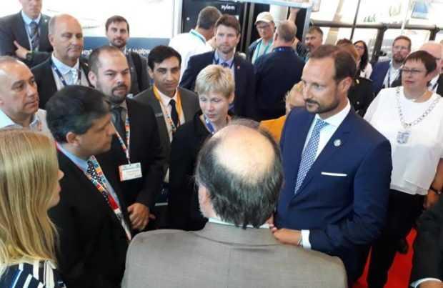 El príncipe de Noruega conversa con chilenos
