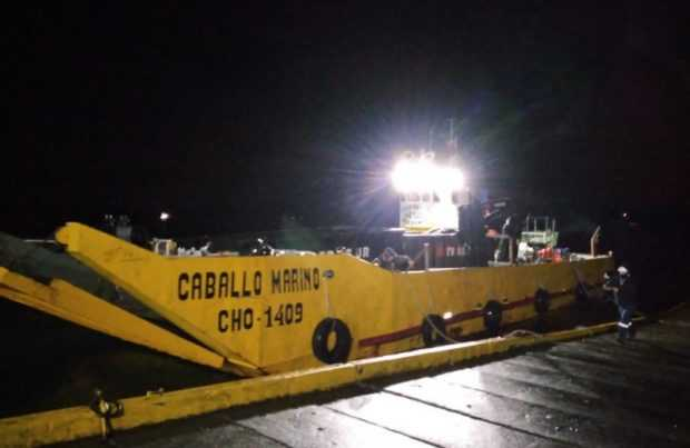 """Barcaza """"Caballo Marino"""" vara en el puerto de Queilen"""