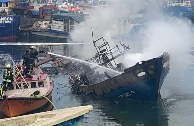 Embarcación se incendió en caleta Anahuac de Puerto Montt