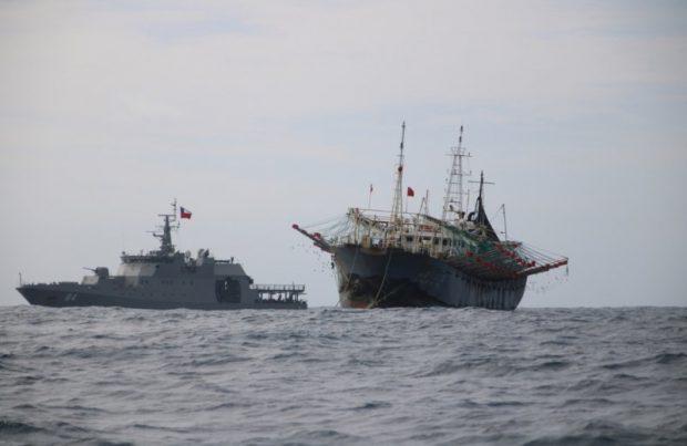 La Armada asegura que pesqueros chinos abandonaron aguas nacionales_pesca ilegal, furtiva, China, buques, barcos (foto Armada de Chile)