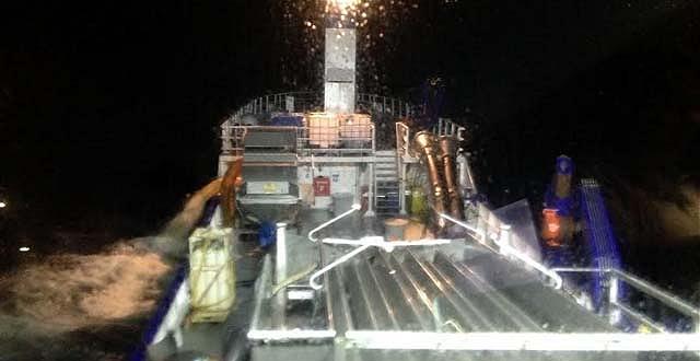 Vertimiento de salmones en alta mar (Foto Sernapesca)